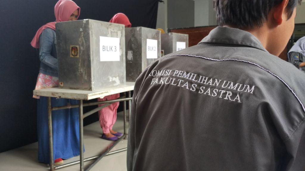Hari ini, Mahasiswa Fakultas Sastra mengadakan pemilihan umum Ketua Badan Eksekutif Mahasiswa beserta jajaran-jajarannya.
